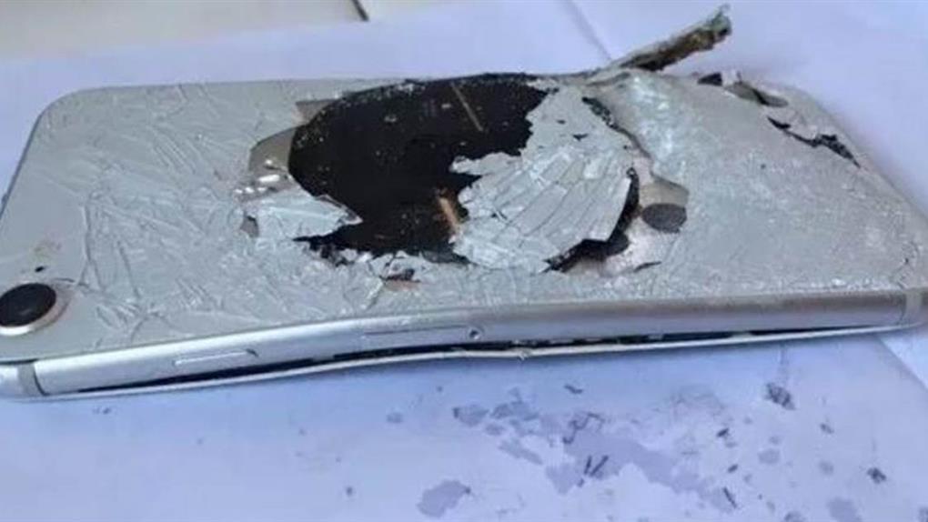 不只膨脹而已!浙江iPhone 8充電「發爐」冒煙燒出洞!