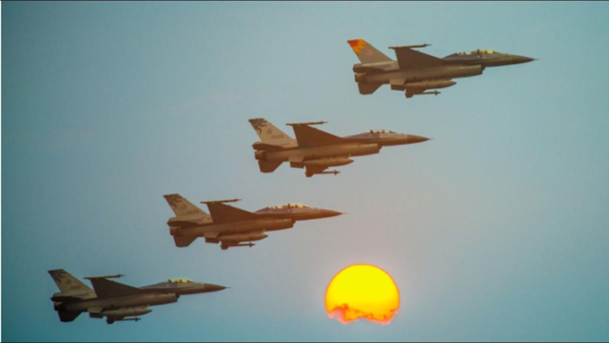 迎接2018曙光全台攻略公開!花蓮七星潭F-16呼嘯衝場迎新年