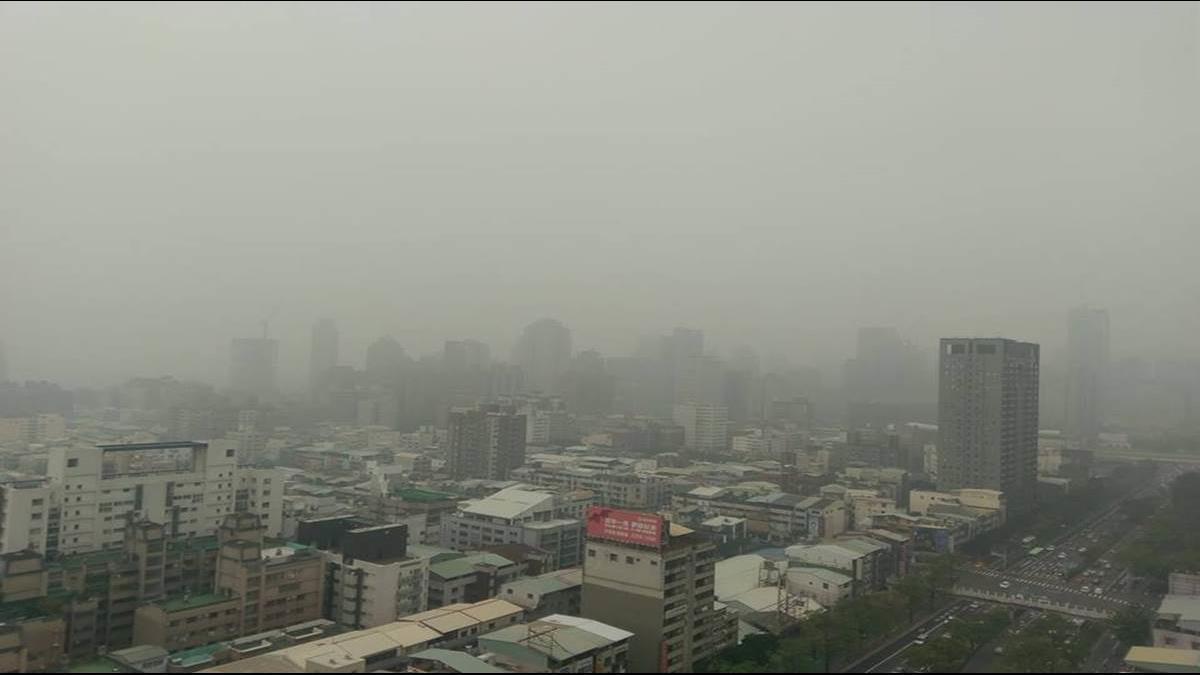 空汙又來!中部一片茫 網嘆「我可能活不久」 環保署:霧霾即將往北飄