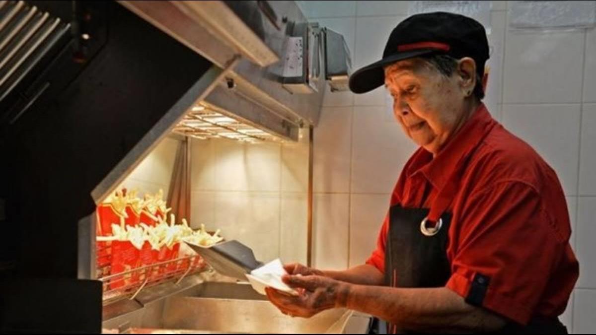 人生70才開始!麥當勞阿嬤級員工70歲進職場 90歲過世同事不捨