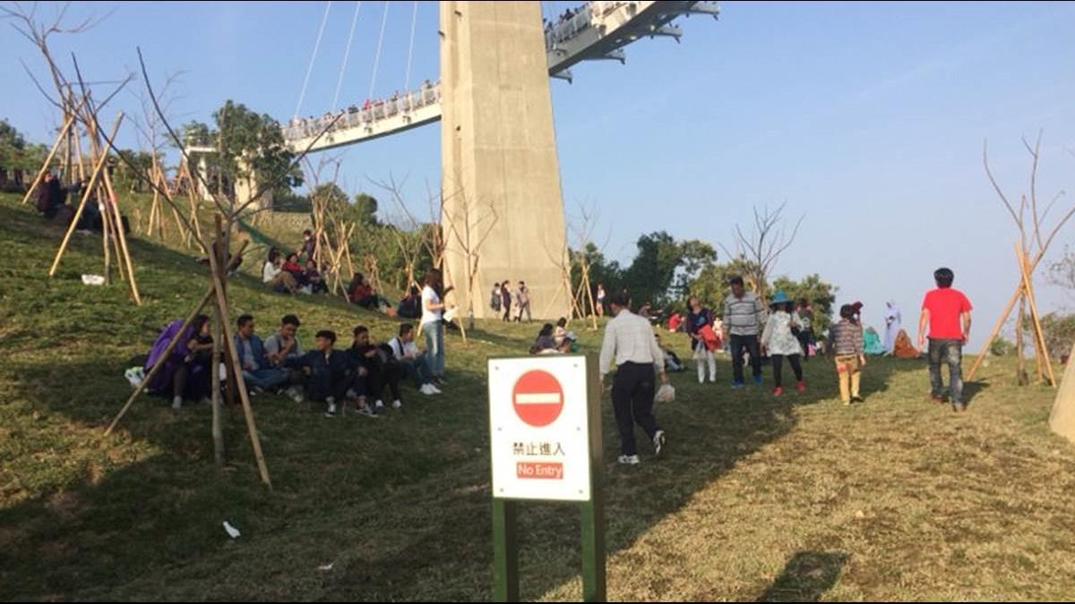 國人遊「崗山之眼」無視警告標語 攤販嘆:憑什麼笑陸客素質低