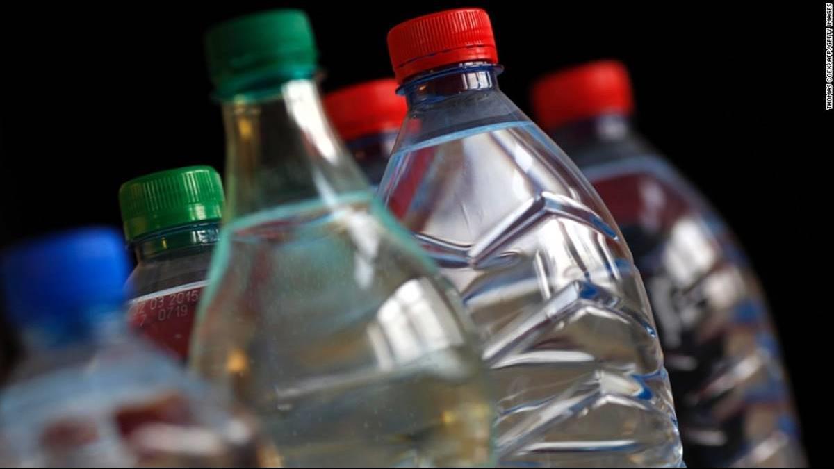 塑膠喝下肚!逾9成進口瓶裝水含塑膠微粒 知名品牌也中標