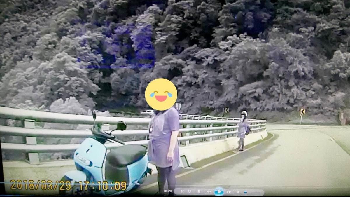 騎Gogoro上山看神木回程沒電 女孩牽車下山遇暖警神救援