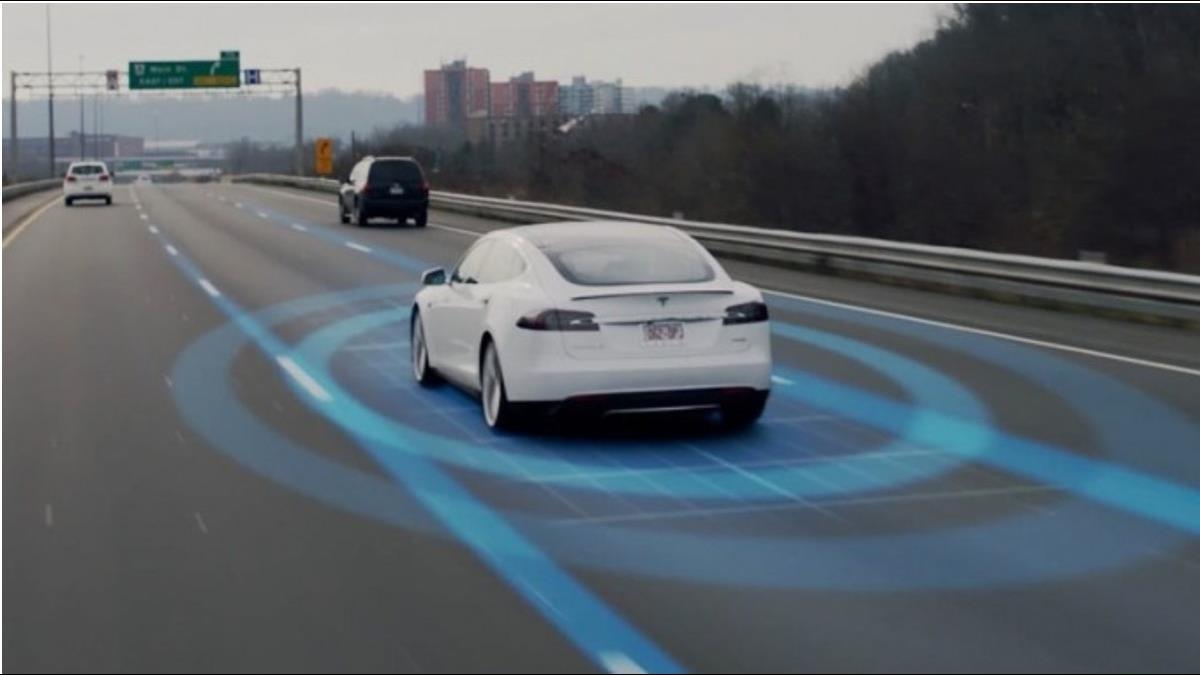 Model X死亡車禍 特斯拉:當時半自駕系統有啟動