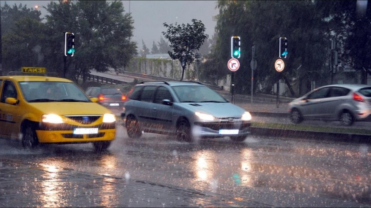雨季行車遇「水漂效應」怎解?8動作成保命關鍵