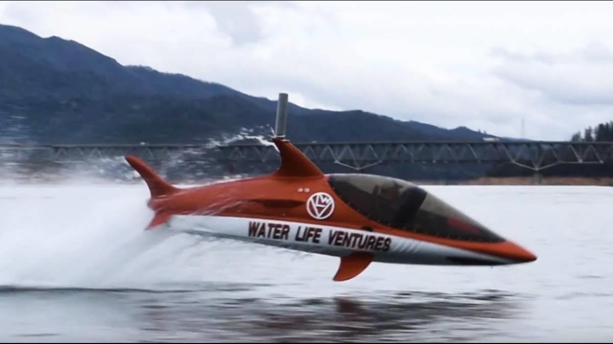 水上摩托車合體潛艇? 讓你從水底衝上6米高空