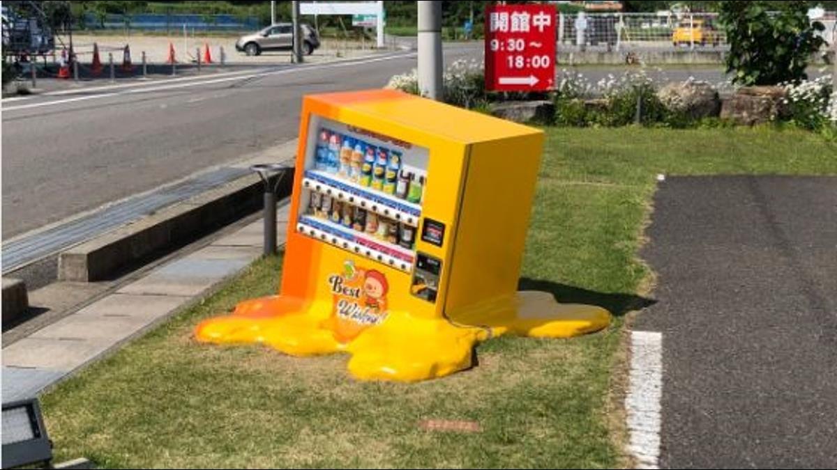自動販賣機熱到融化了?街頭奇景吸引民眾蜂擁搶拍