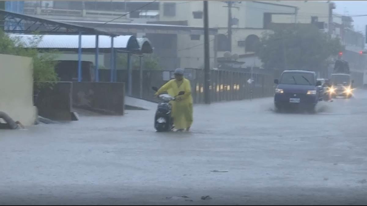 南台灣豪大雨道路淹成河! 北台雨未到菜價先上揚