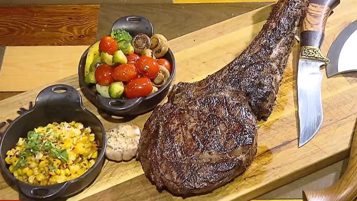 56盎司戰斧牛排 用「斧頭」吃創造話題