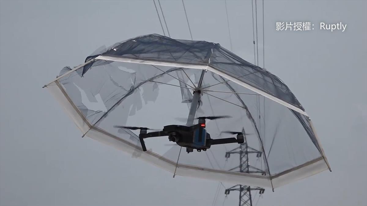 「飛行雨傘」遮陽搧風都OK 8000元解放你的雙手!