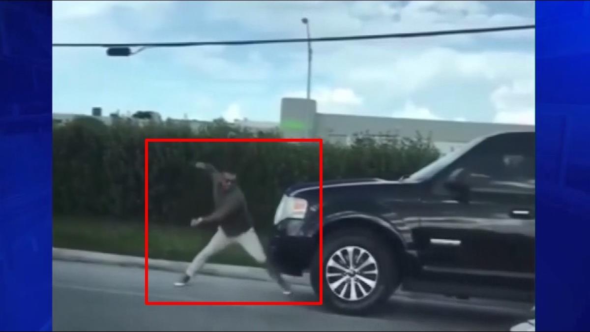有這麼氣?行車糾紛他用「鐵拳揍車頭」SUV車主急忙倒車