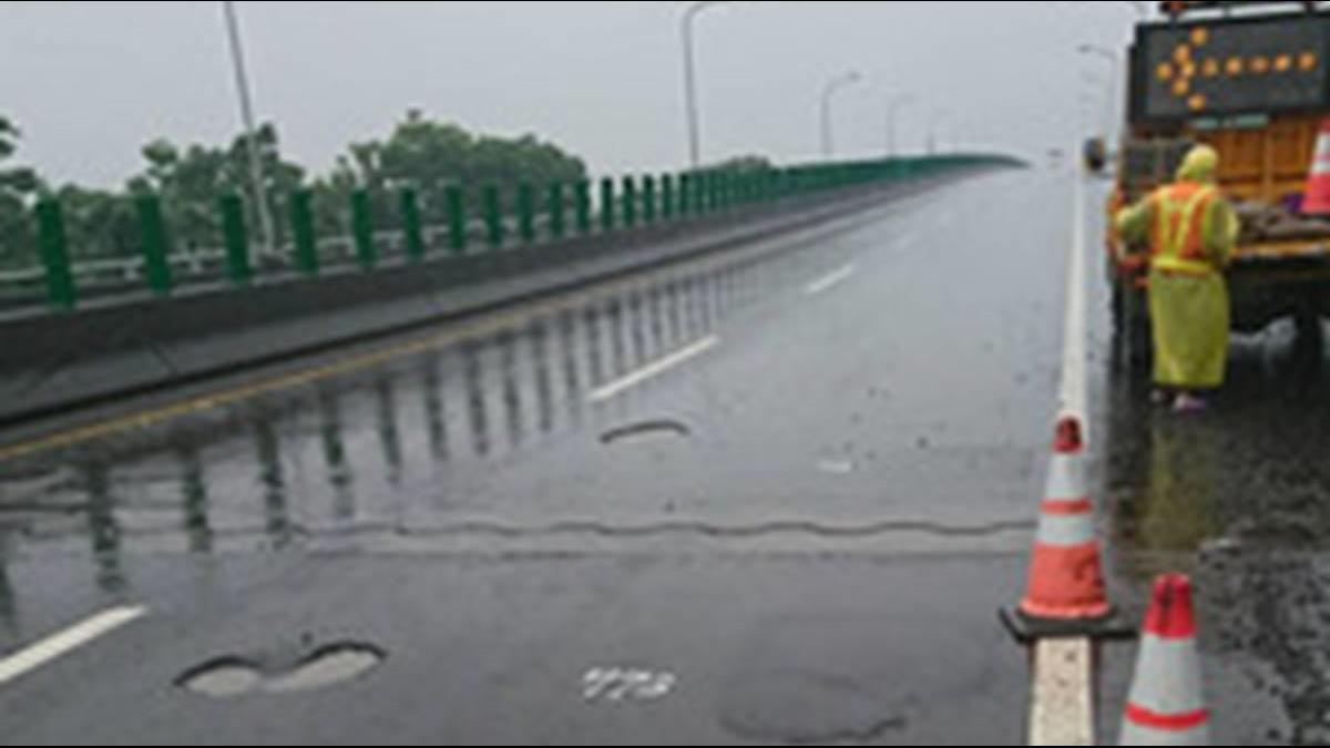 豪雨釀國道上百坑洞!駕駛「撞坑」爆胎盼申請國賠
