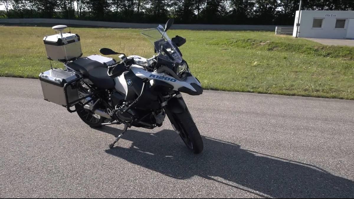 BMW公開首輛「自動駕駛摩托車」壓車過彎也沒問題