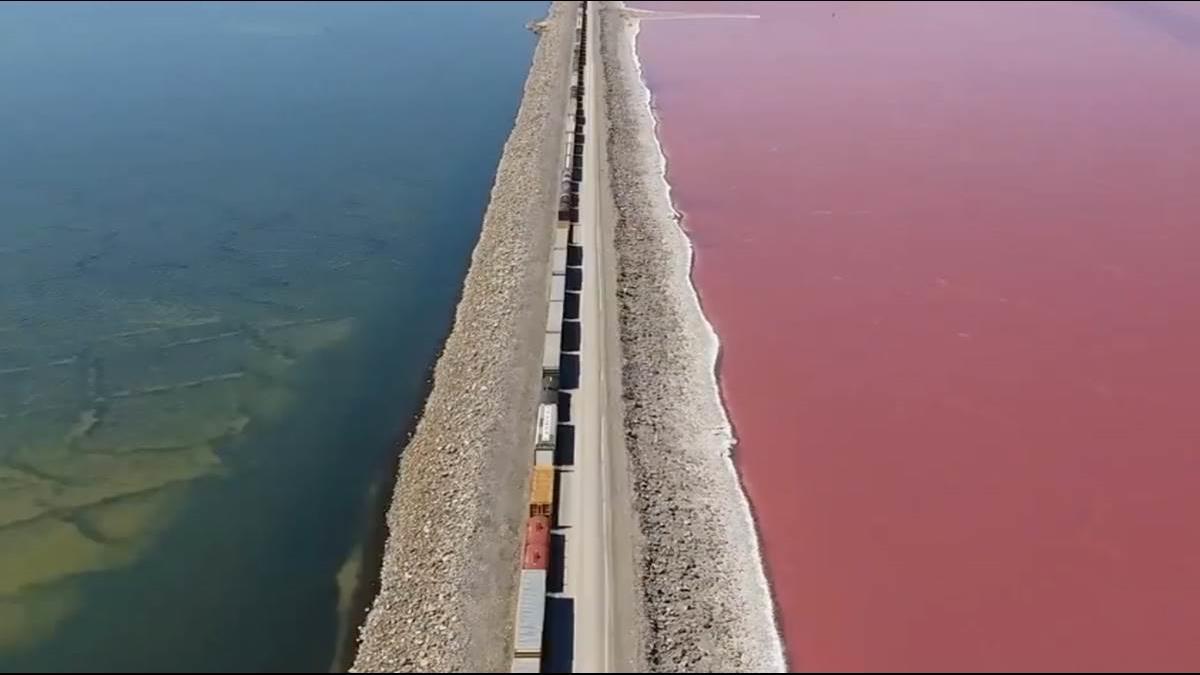 更勝陰陽海! 美國一條鐵路隔出天然奇景「紅藍雙色湖」