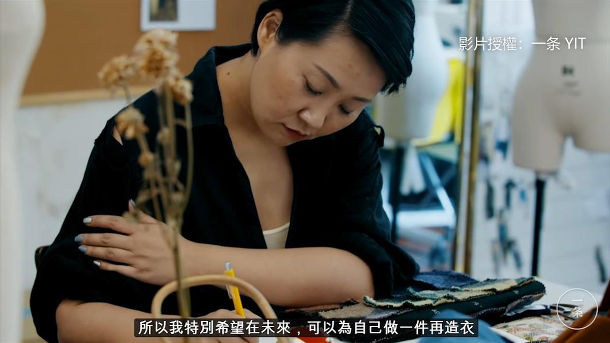 幫女孩把母親生前舊衣重生 她創造「再造衣」讓人哭了