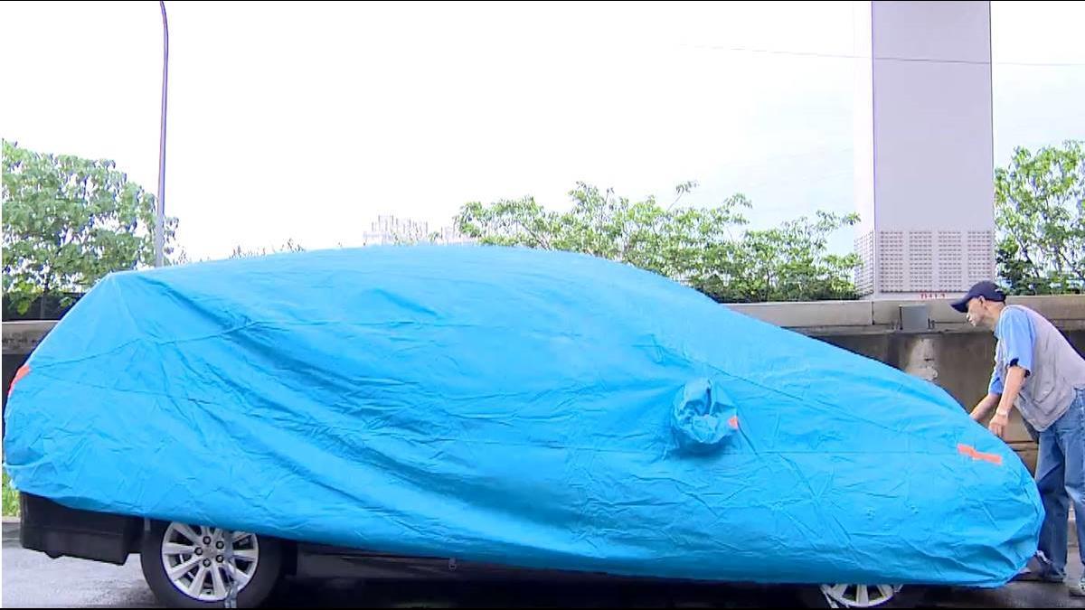 愛車停戶外蓋「車套」 業者加強鬆緊帶防強風