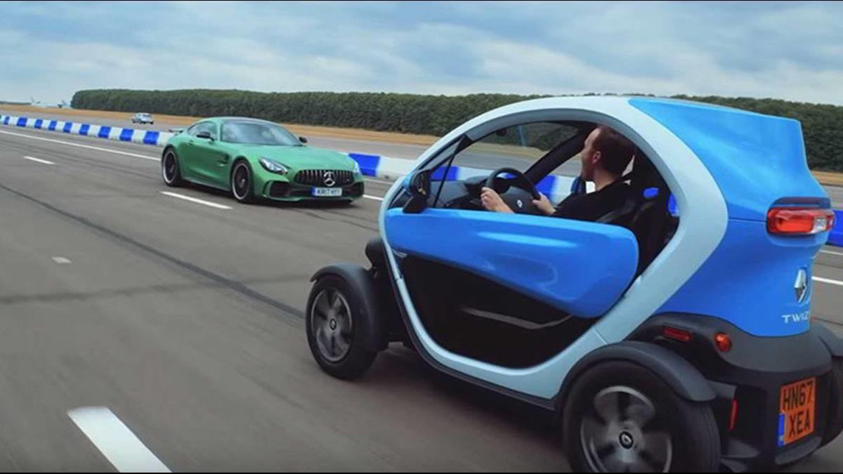 AMG GTR賽道PK電動小車 用倒車來跑還會贏?
