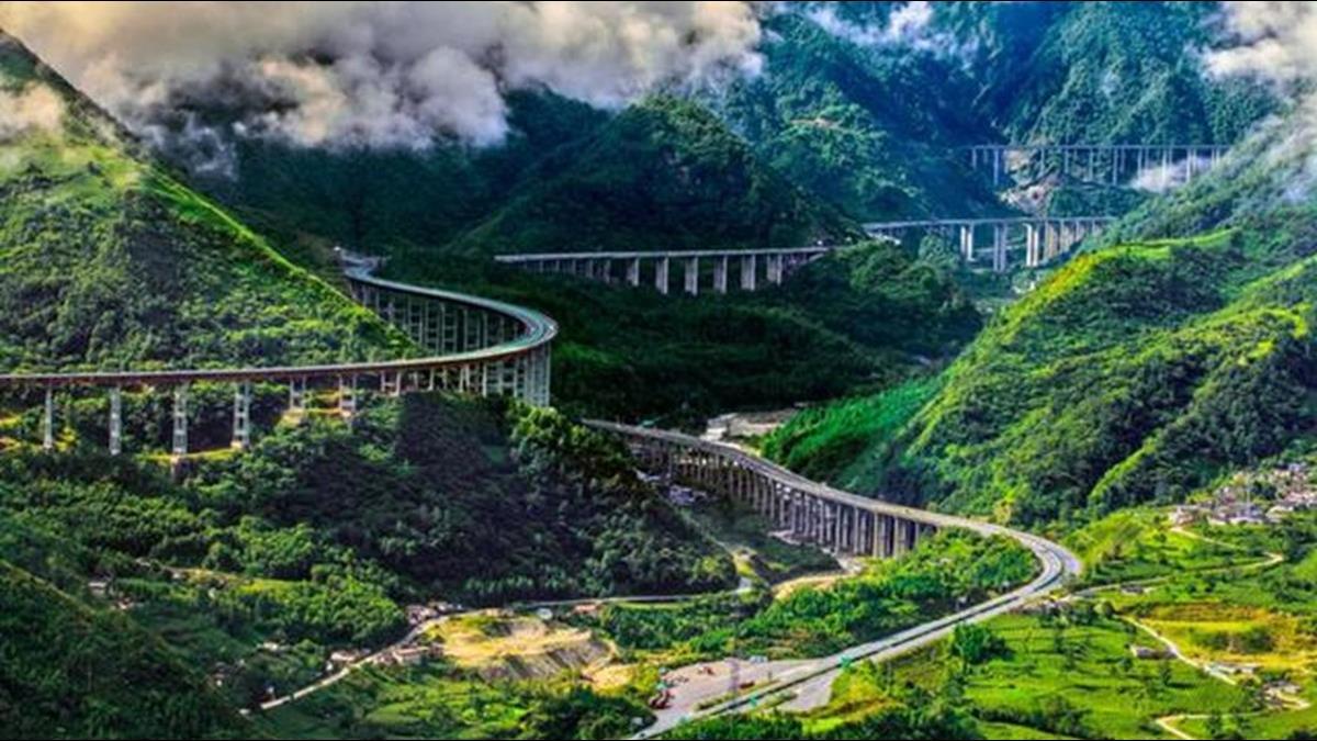耗資937億!「雲端上的高速」73層樓高、全長240km