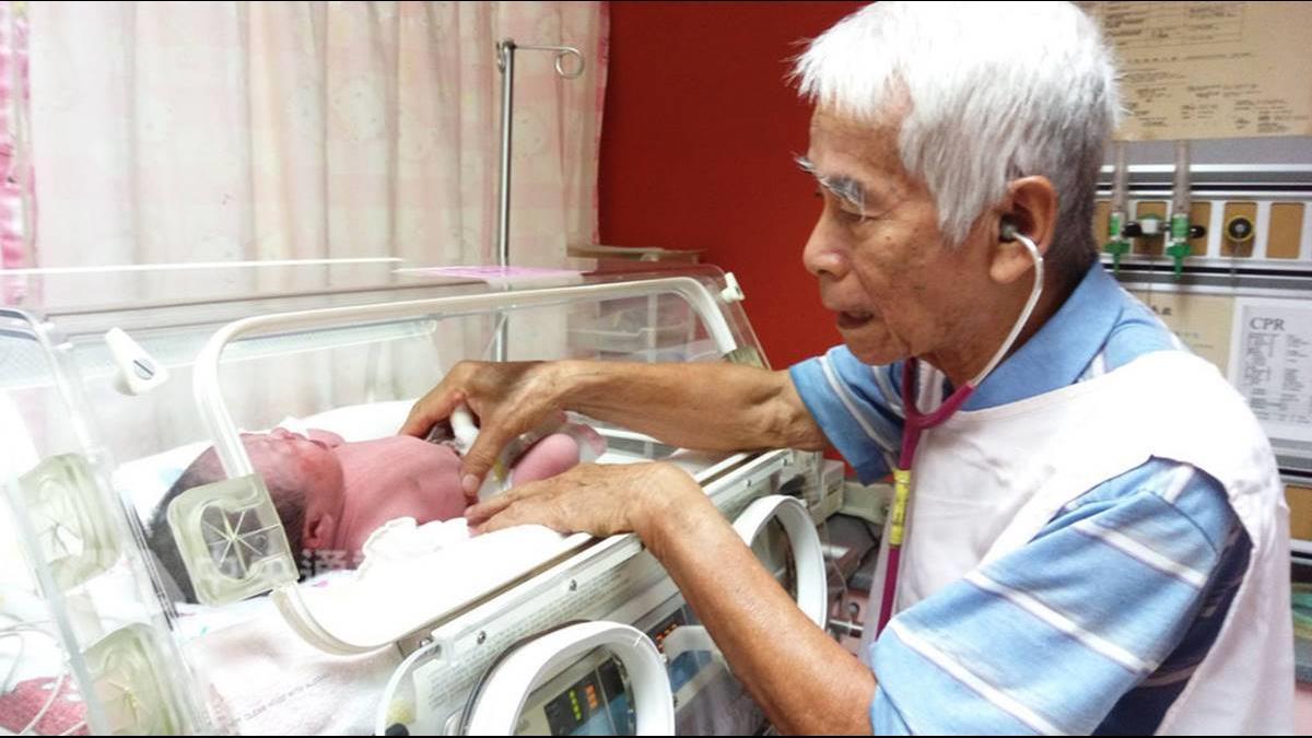 「憂偏鄉孩童找無醫」83歲老醫生恆基看診兼值班