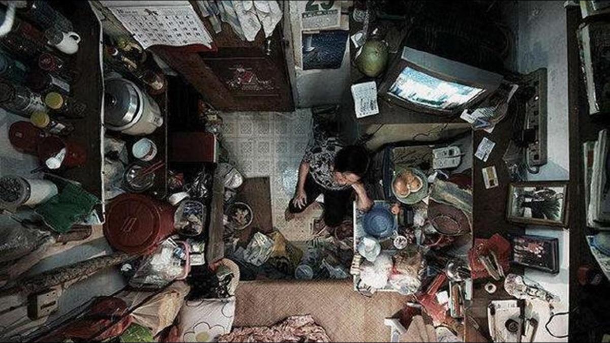 月租2萬擠「1.2坪籠房」!港人吃喝拉撒都在這張床