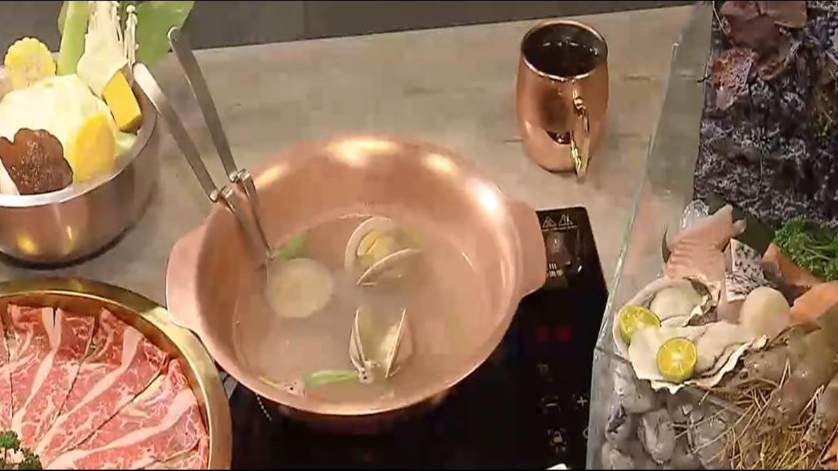 火鍋海鮮總匯 「水族箱」當容器
