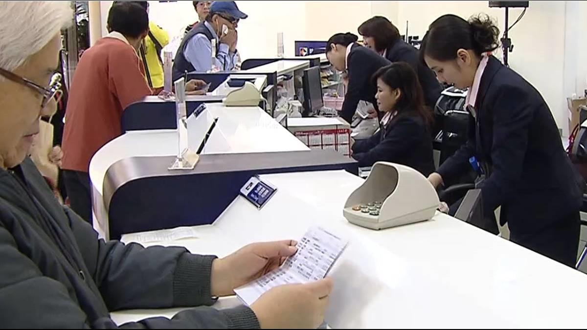 銀行臨櫃存3萬遭拒 行員還嗆:80歲老人嗎?