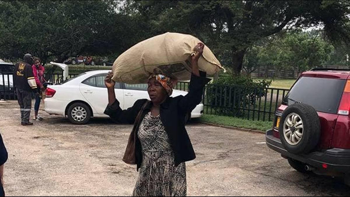 71歲貧窮奶奶徒步送物資!富商感動大方贈屋