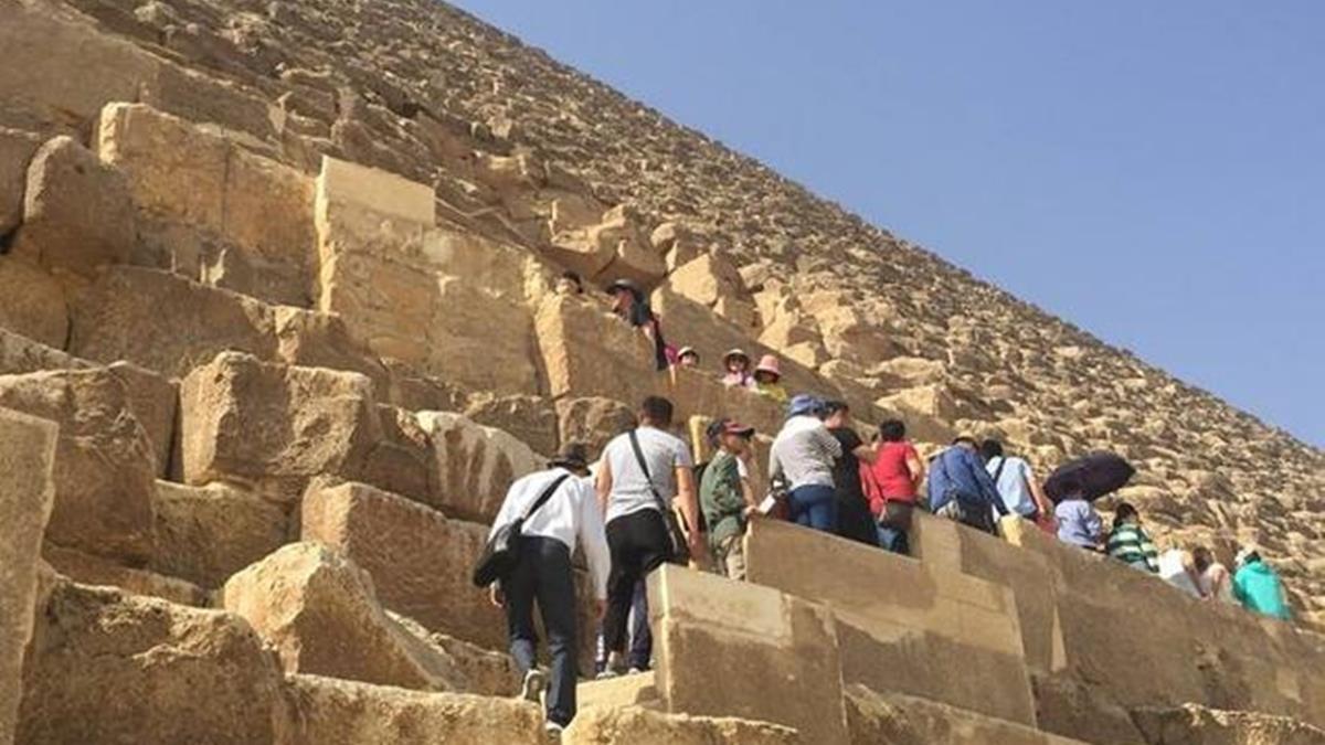 法老王詛咒發威?遊客偷爬金字塔下場驚呆了