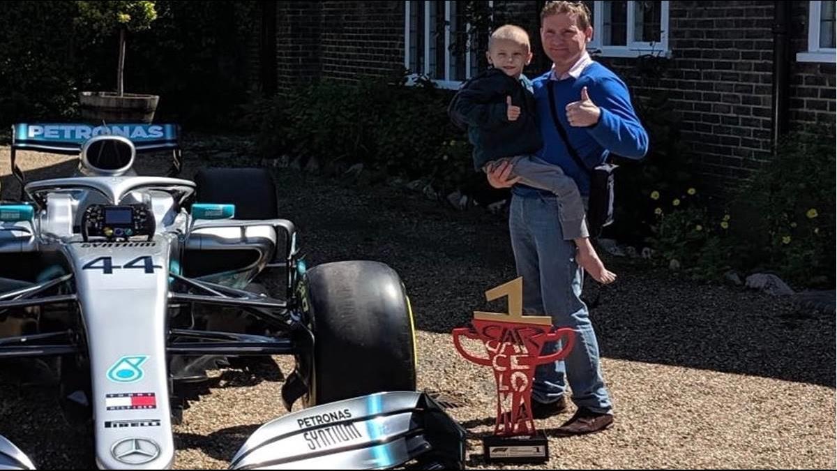 F1冠軍車手超暖!空運賽車為5歲抗癌男童打氣