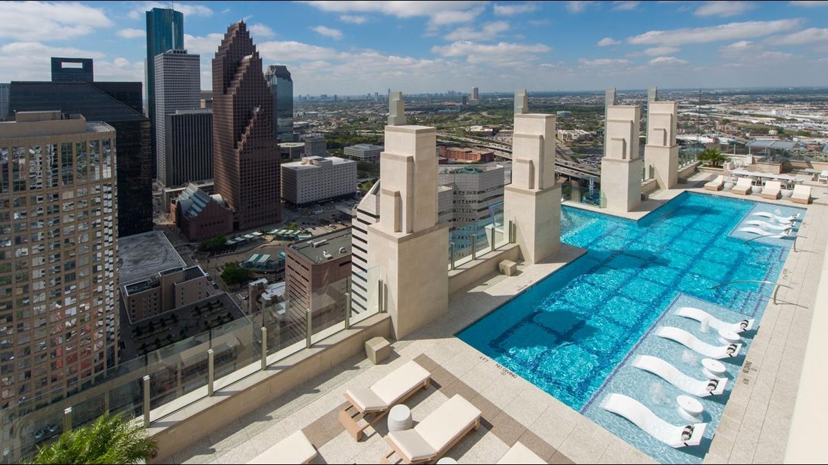 抬頭就能看到人游泳?豪華泳池懸空掛40層高樓
