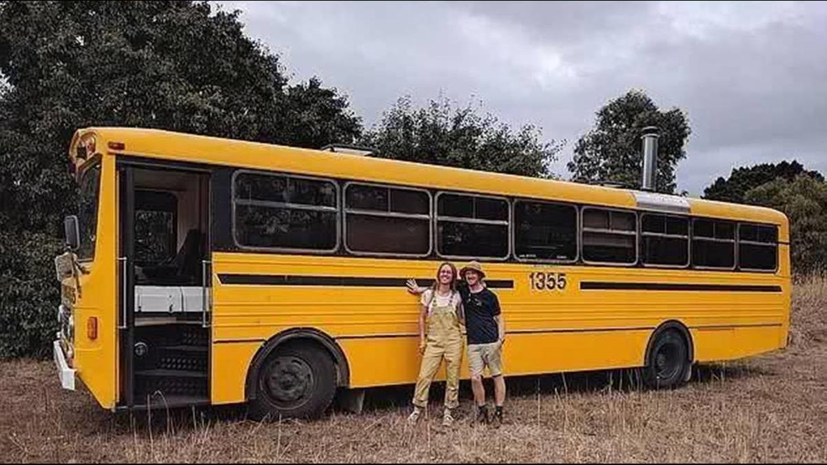 沒錢買房沒關係!澳洲情侶花56萬改造二手校車當他們的家