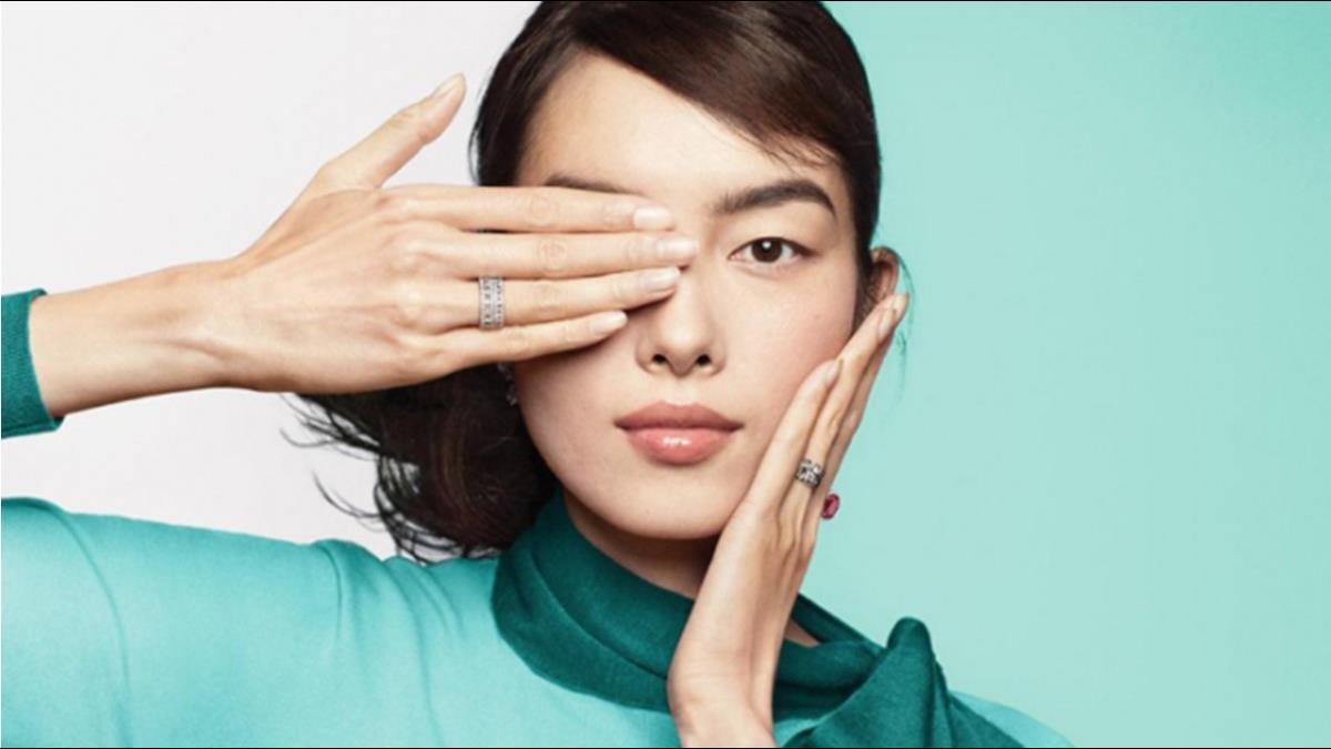 Tiffany遮眼廣告惹怒陸網友!影射撐港照片急下架