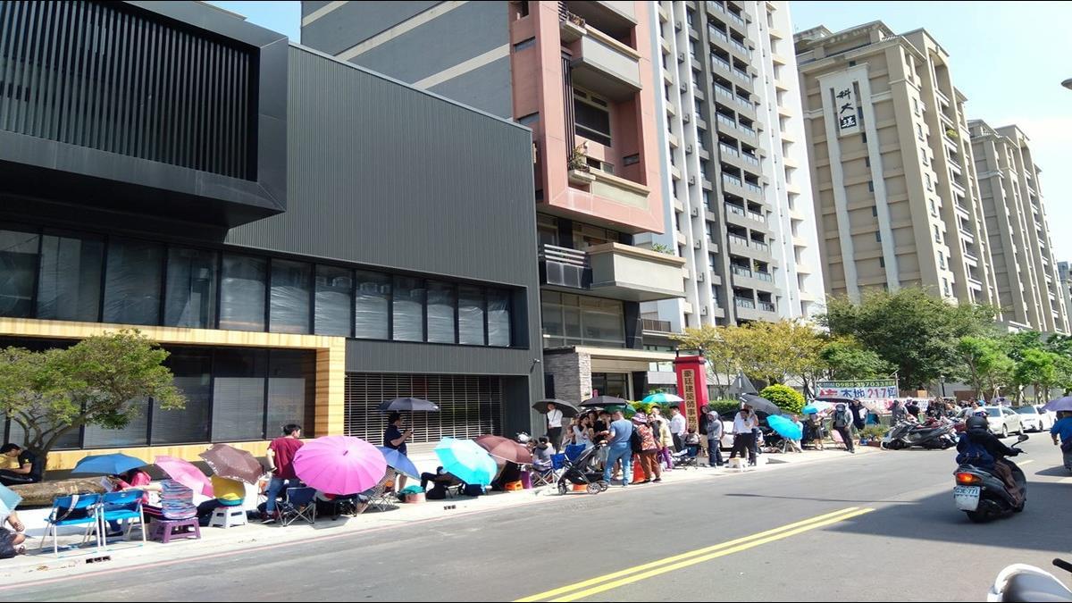 竹北新建案每坪27.5萬元起 200人排隊搶買房遭疑「專業代排」