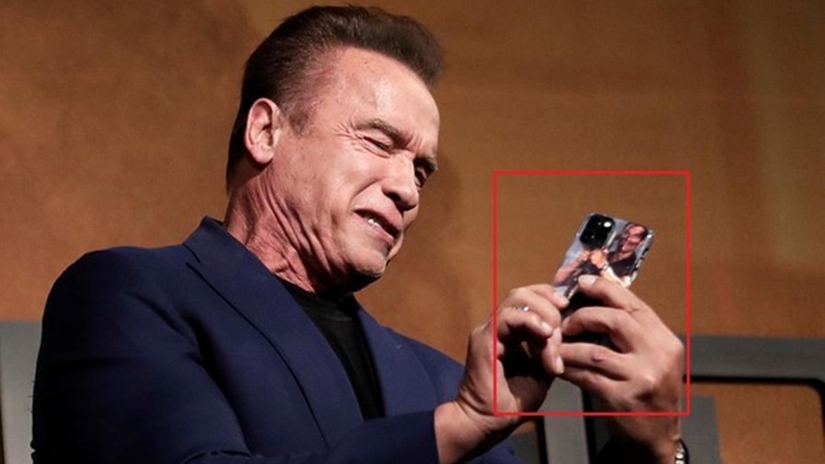 阿諾拿iPhone11Pro網友笑炸!超狂手機殼引注目