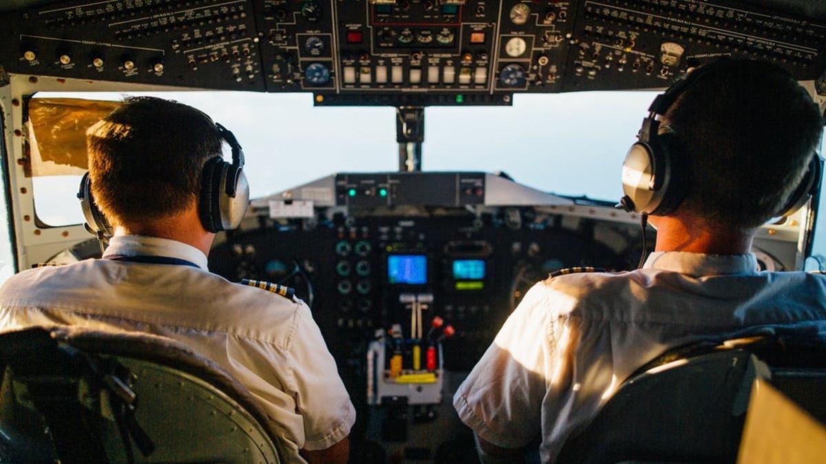 在駕駛艙約會?俄國客機機長竟讓女友駕駛