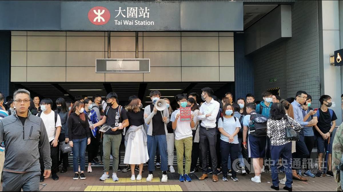 香港三罷交通大癱瘓!傳警察開槍示威者疑中彈倒地