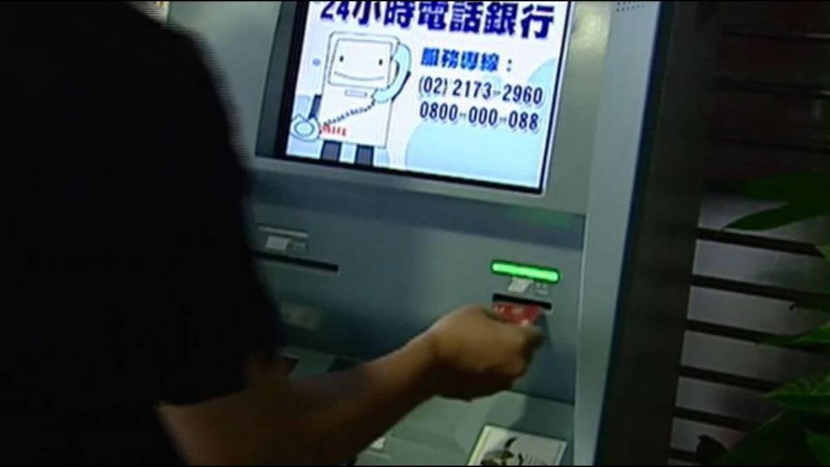 為何領個1000元ATM都要數得嘩啦嘩啦? 網神回:他在跟你炫耀