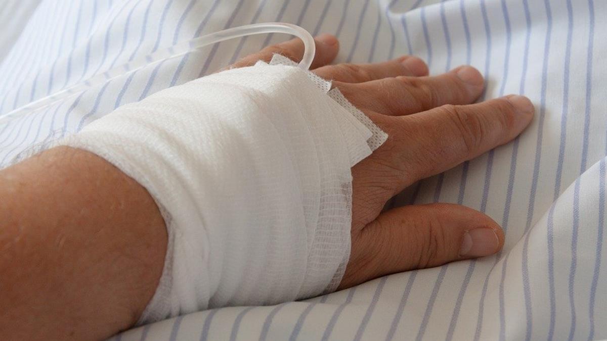 英8歲女童急診苦等嘸病床!睡醫院地板6小時
