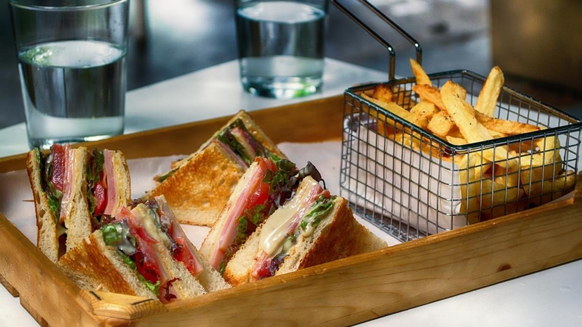 因小失大!英國銀行經理人年收400萬  卻因偷三明治被停職