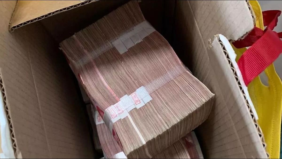 他丟箱轉身只留一句「捐給武漢」打開竟有200萬現金