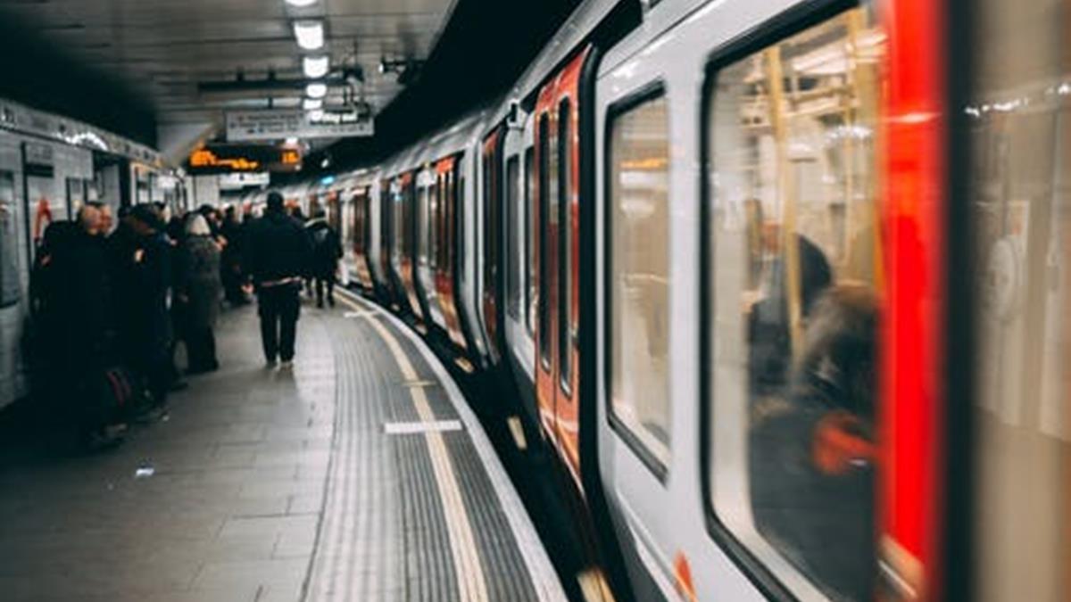 地鐵上裝染病倒地抽搐!俄網紅拍惡搞片 遭逮後恐入獄5年