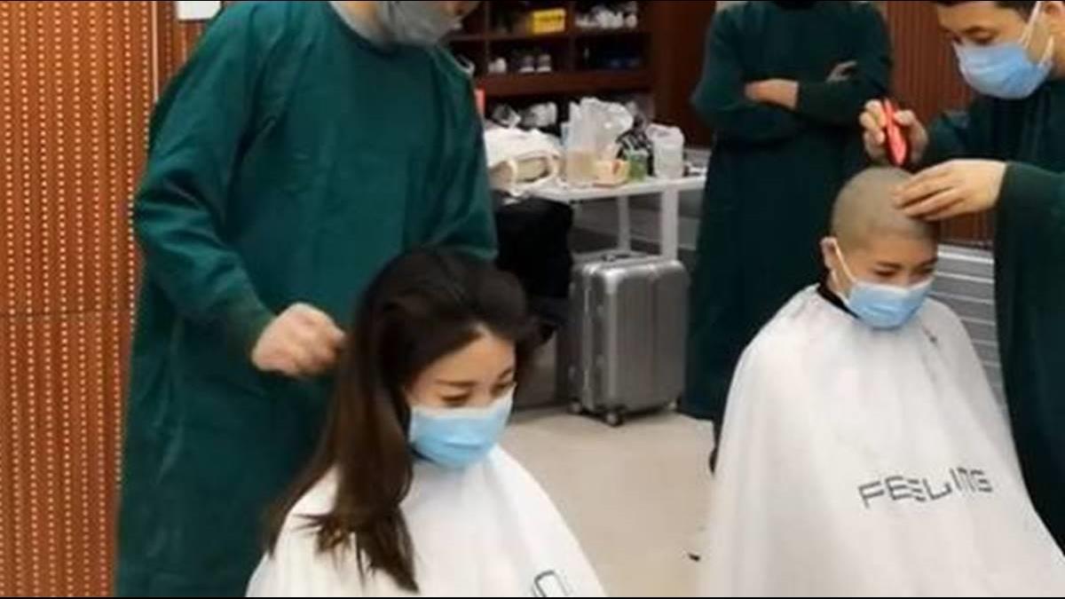 女醫護員為支援前線遭「剃光頭」 含淚畫面惹眾怒