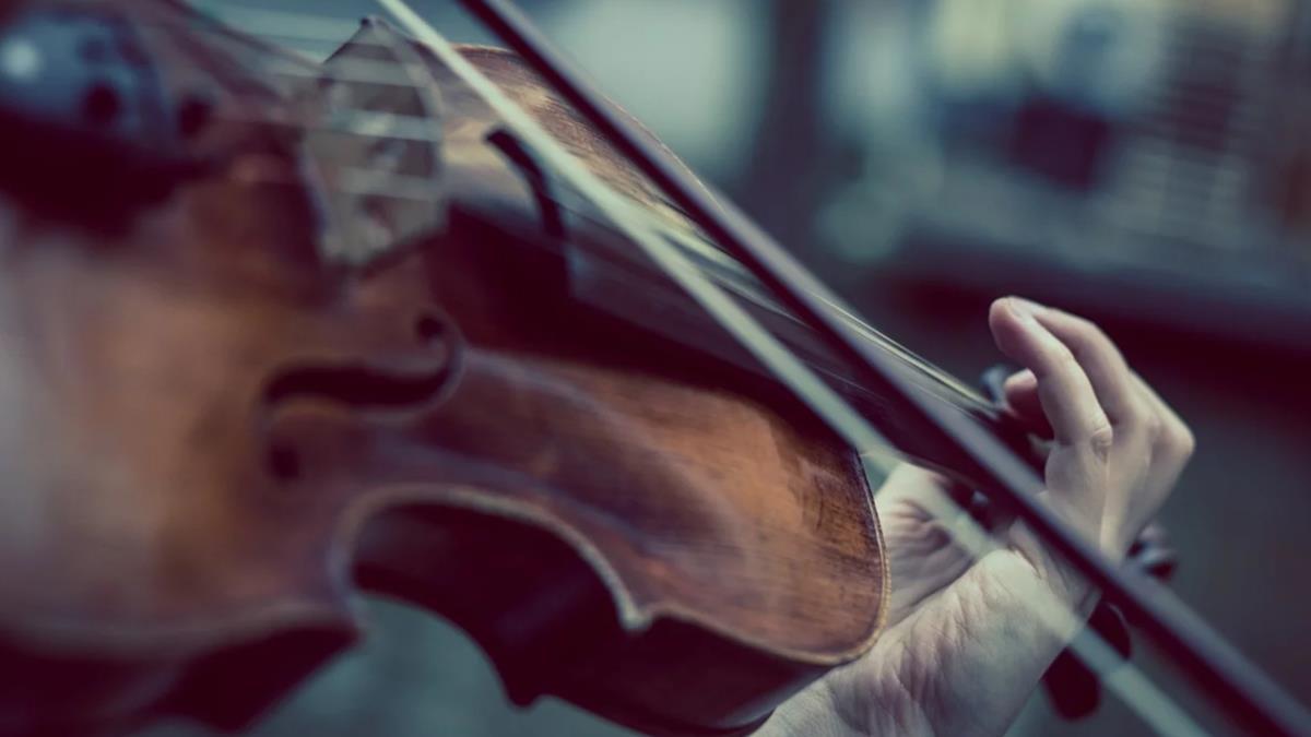 驚人!英國音樂家動手術摘除腦腫瘤 全程清醒拉小提琴