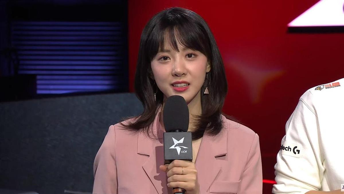 採訪到一半突發燒!韓國女主播急送醫 同事全隔離