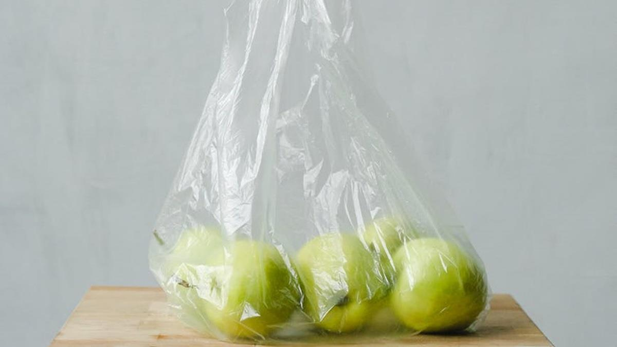 超嚴限塑令!肯亞小販兜售塑膠袋散裝水果 恐挨罰120萬