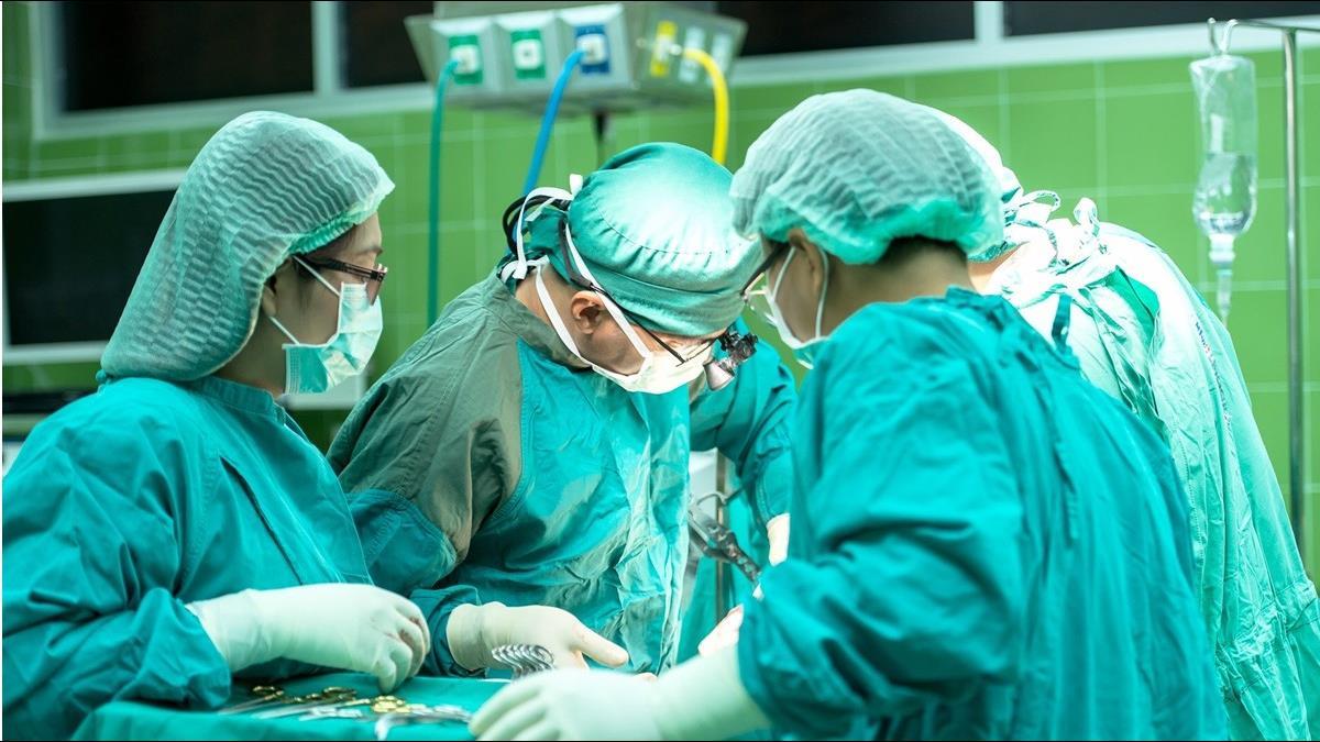 口罩單價飆到近萬元 西班牙醫生摸走300個:想給老家親戚