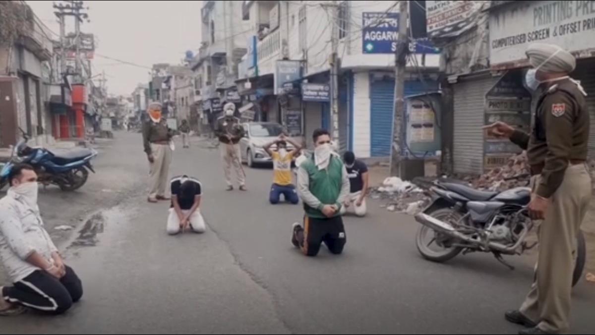當我塑膠逆? 無視封城禁令趴趴走 印度軍警當街「警棍伺候」
