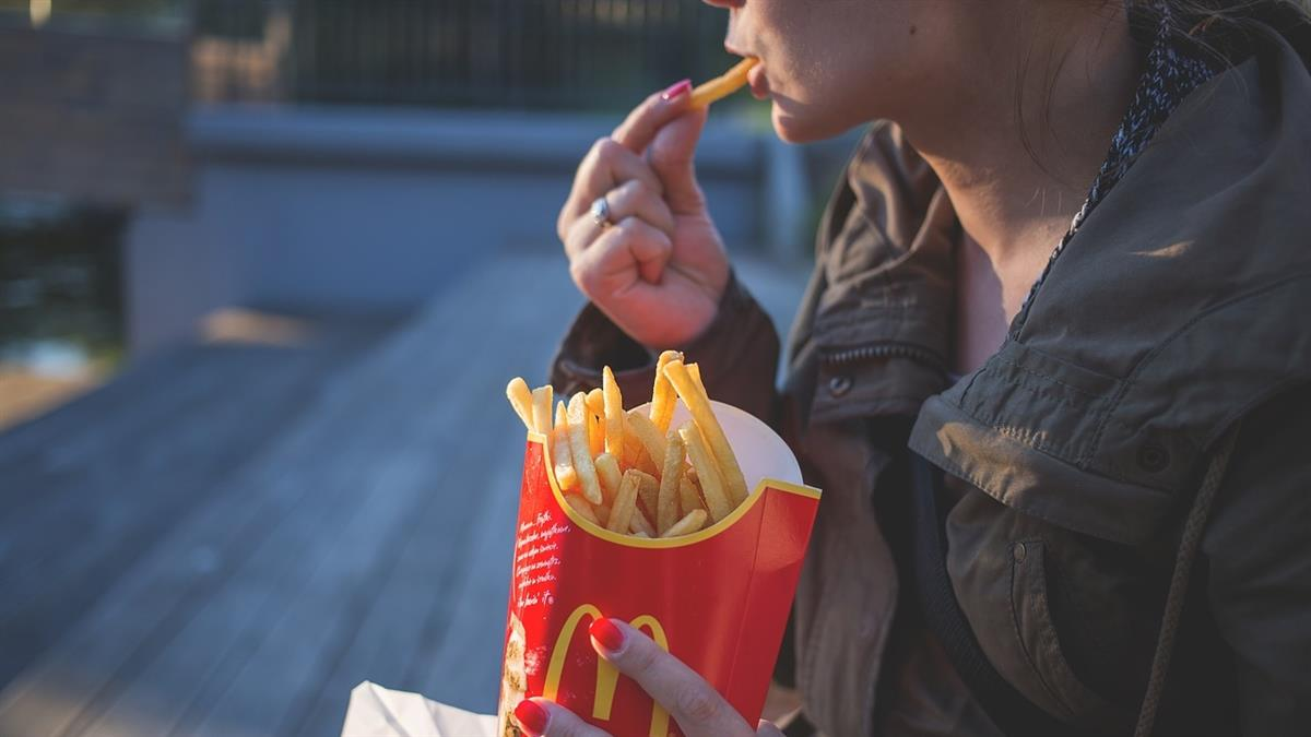 終於開始解封!英國麥當勞爆排隊車潮  買份餐等兩小時