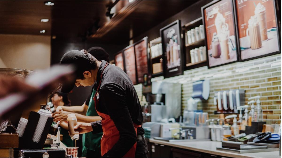 勸顧客戴口罩遭怒斥 美星巴克咖啡師卻意外進帳「286萬小費」