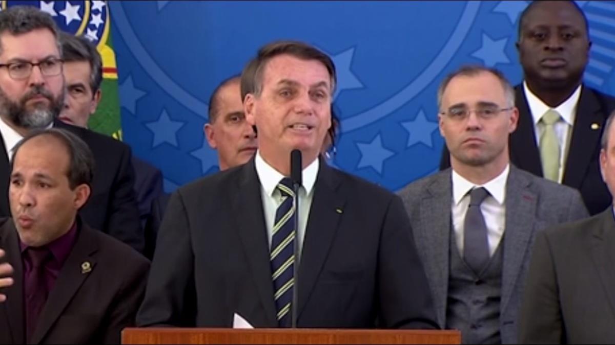 巴西鐵齒總統確診 新增4萬多人染疫 單日千人病逝